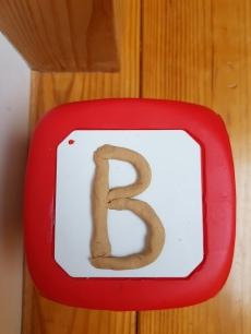 Cube lettres à toucher avec trait vertical
