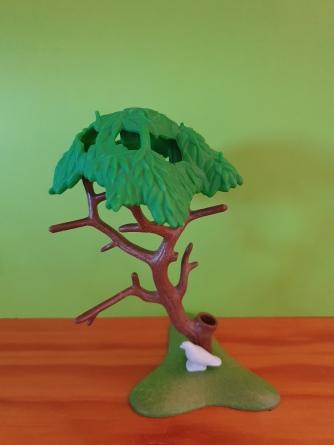 L'oiseau est sous l'arbre.