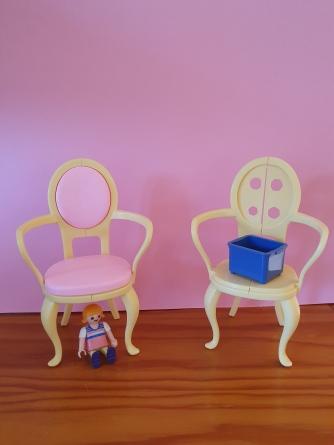 Bébé est sous la chaise. La caisse est sur la chaise.